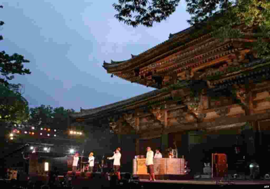 گروه هیپ هاپ زاپنی ریپ سلایم در حال اجرای برنامه در معبد توجی در کیوتو