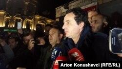 Душанба кунги намойишдан сўнг озод қилинган Албин Курти, Приштина, 2015 йилнинг 13 октябри.