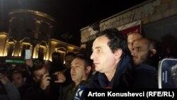 Альбін Курті спілкується з протестувальниками і пресою після допиту в поліції, Приштина, Косово, 12 жовтня 2015 року