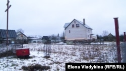 Крест на заднем дворе дома, где жил Андрей Бовт в Гатчине