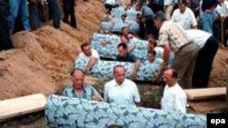 Arhivska fotografija: Sahrana tijela ekshumiranih u masovnoj grobnivi kod Kalinovika