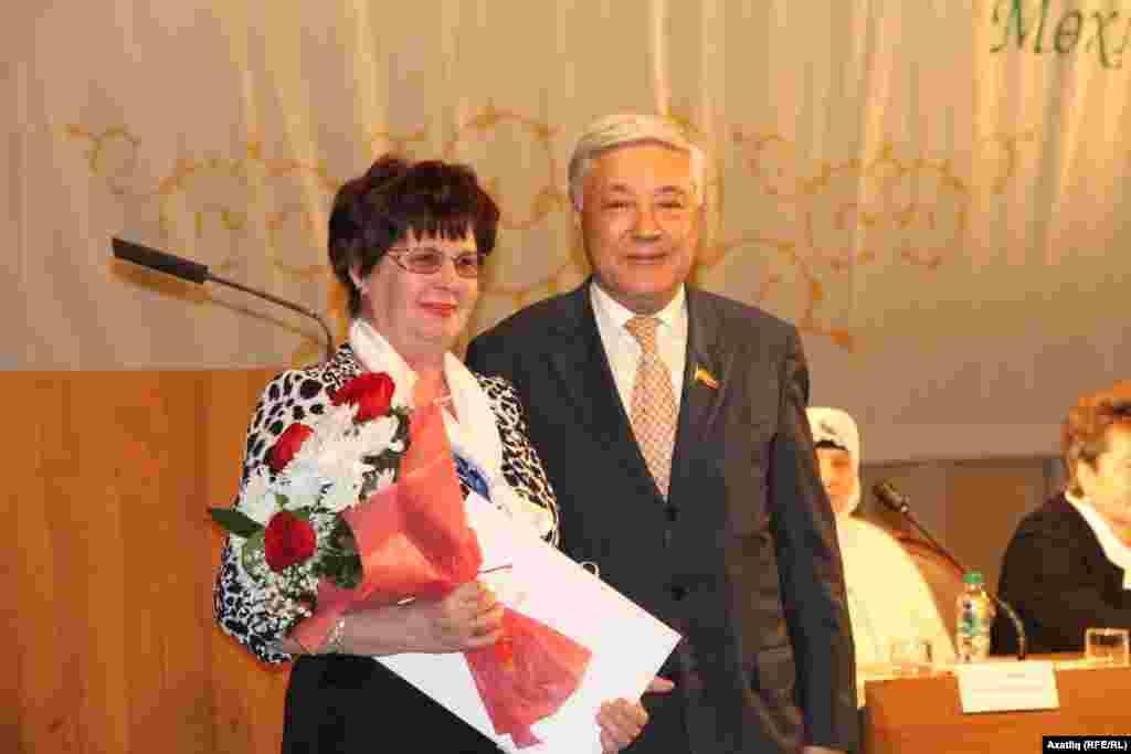 Татарстан парламенты рәисе Фәрит Мөхәммәтшин форум делегатларына республика бүләкләрен тапшыра