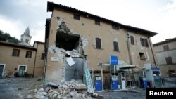 Здание, разрушенное в результате землетрясения в Виссо, октябрь 2016 года.