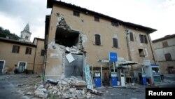 Зруйнований землетрусом будинок поблизу АЗС у містечку Віссо, Центральна Італія, 27 жовтня 2016 року