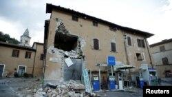 Pamje nga dëmet e shkaktuara në ndërtesa nga tërmeti i cili e ka goditur pjesën qendrore të Italisë
