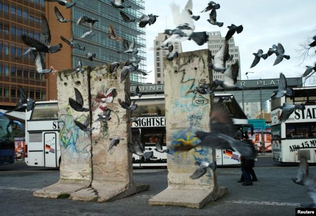 Фрагменты Берлинской стены на Потсдамской площади в Берлине оставлены для напоминания о событиях 30-летней давности