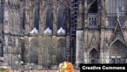 "Ха Шульт. «Люди из мусора» перед Кельнским собором. [Фото — <a href=""http://de.wikipedia.org/wiki/HA_Schult"" target=""_blank"">Wikipedia</a>]"