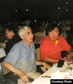 З Алжасам Сулейменавым на Зьезьдзе эўразійскіх пісьменьнікаў у Турцыі, 2001