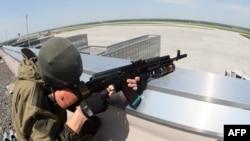 Вооруженный повстанец в аэропорту Донецка. 26 мая 2014 года.