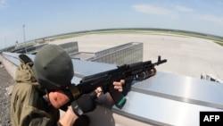 نیروهای هوادار روسیه در فرودگاه دونتسک