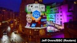 Резултаите од изборите прикажани на зграда во Лондон
