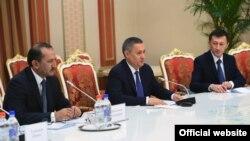 Официальная делегация Узбекистана во главе с Рустамом Азимовым (в центре) в Душанбе, 27 декабря 2016 года.