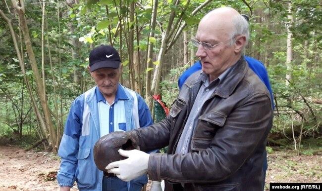 Ян Дзяржаўцаў паказвае чэрап з кулявой адтулінай