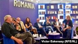 La o dezbatere la standul românesc