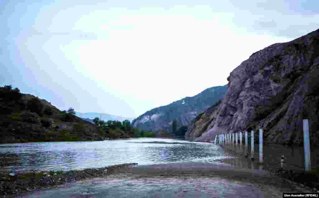 Арнасынан шыққан өзен зиянды қалдық қоймасына қауіп төндірді.