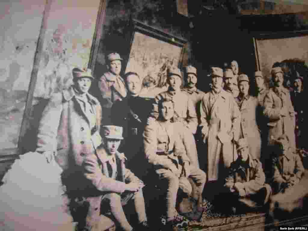 Printre trupele române combatante, în primele rânduri ale frontului, s-au aflat și zeci de artiști înarmați cu nimic altceva decât creionul, hârtie de desenat și cutia cu culori. Printre ei, Nicolae Tonitza, Camil Ressu, Iosif Iser, Octav Băncilă sau Francisc Șirato.