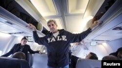 John Kerry təyyarəsində jurnalistlərin suallarını cavablandırır, 25 oktyabr, 2015-ci il