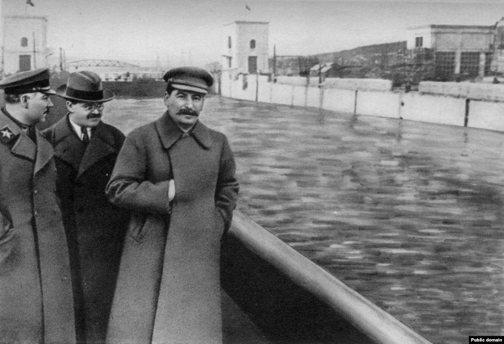 Пасьля таго як сам Яжоў быў расстраляны, цэнзары абнавілі гэтае фота Сталіна і ягонага атачэньня каля каналу ў Маскве.