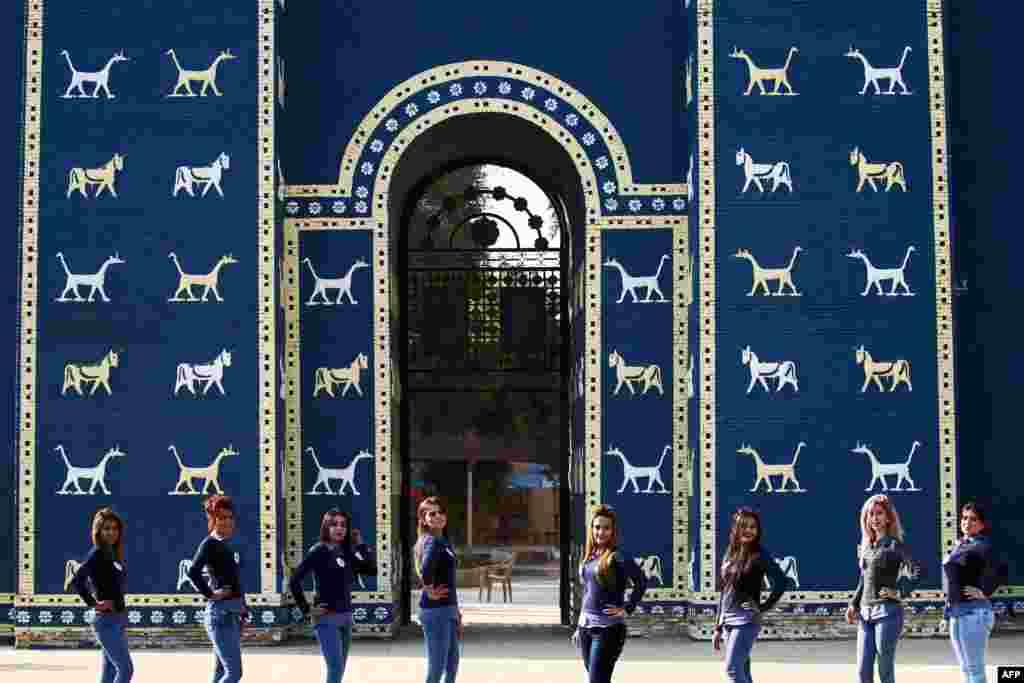 Garueset irakiane për konkursin e bukurisë Miss Iraku, pozojnë para Portës së Ishtarit në vendin e lashtë arkeologjik të Babilonisë, jashtë qytetit modern Hilla, në jug të Bagdadit. Konkursi i bukurisë është i pari pas më shumë se 40 vjetëve në Irak.