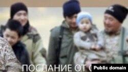Марат Мәуленовтің (оң жақта) әлеуметтік желі арқылы тараған видеосынан алынған скриншот.