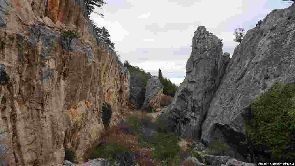 Вместе с водопадом Учан-Су Аянские скалы входят в состав Ялтинского горно-лесного природного заповедника
