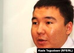Stan.kz бейнепорталының журналисі Шернияз Шағатай өзіне қоқан-лоқы жасалғанын айтып отыр. Алматы, 20 қыркүйек 2011 жыл. (Көрнекі сурет)