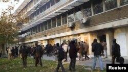 Шерушілер Ұлыбританияның елшілігін қоршап тұр. Тегеран, 29 қараша 2011 жыл.