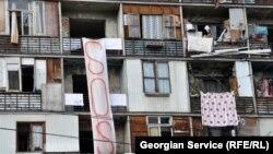 52 тысячи семей беженцев по всей Грузии ждут расселения. Власти не справляются с этим процессом, а потому людям приходится подолгу ждать получения квартир