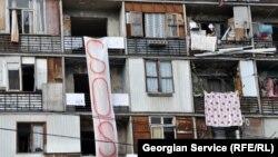 Как утверждают выселяемые, на оборудование здания было выделено около 900 тысяч рублей, однако дирекция отремонтировала ту часть гостиницы, в которой сдаются номера постояльцам, а там, где ютятся беженцы, не сделано даже косметического ремонта