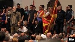 """Актерот Владо Јовановски и оперскиот пејач Игор Дурловски, дел од иницијативата """"За заедничка Македонија"""" во Собранието на 27 април, 2017 година."""