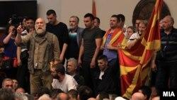"""Актерот Владо Јовановски дел од иницијативата """"За заедничка Македонија"""" во Собранието, на 27 април 2017."""