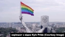 Організатори Kyiv Pride «прикрасили» монумент у Києві прапором ЛГБТ. Хоч насправді ніхто прапор на монумент не закріплював: він просто пролітав повз монумент, а інший дрон просто зняв прапор у такому ракурсі
