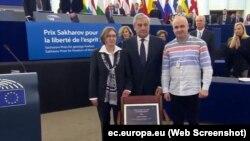 Natalya Kaplan (soldan), Antonio Tajani (ortada) ve Dmitriy Dinze (sağdan) Avropa parlamentinde, 2018 senesi dekabrniñ 12-si
