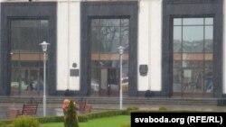 Будынак гарвыканкаму. Раней на ўваходзе на гадавіну Чарнобыля вывешвалі дзяржаўны сьцяг з чорнай стужкай. На 30-годзьдзе сьцягоў няма.