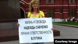 Ірына Калмыкова ладзіць пікет у Маскве, архіўнае фота