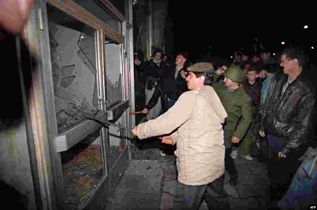 Anti-Yeltsin protesters breaking windows at Moscow's Ostankino broadcast center on the night of October 3.