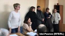 Эльвира Дмитриева (слева) в суде в Казани