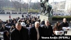 Pristalice Naprednjaka nose u Skupštinu Srbije potpise koje su prikupili za promenu Ustava, 13. januar 2011