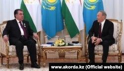 Президенты Таджикистана (слева) и Казахстана Эмомали Рахмон и Нурсултан Назарбаев.