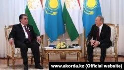 Президент Таджикистана Эмомали Рахмон (слева) во время встречи с президентом Казахстана Нурсултаном Назарбаевым в Астане. 14 марта 2018 года.