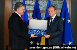 Петро Порошенко (ліворуч) вручає орден Ярослава Мудрого Дональду Туску, 13 травня 2019 року