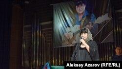 Одна из участниц дуэта «Мюзикола» Карина Абдуллина выступает на гражданской панихиде по Булату Сыздыкову. Алматы, 10 мая 2016 года.