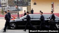 Kim se isključivo vozi svojom blindiranom limuzinom koja je također dopremljena vlakom