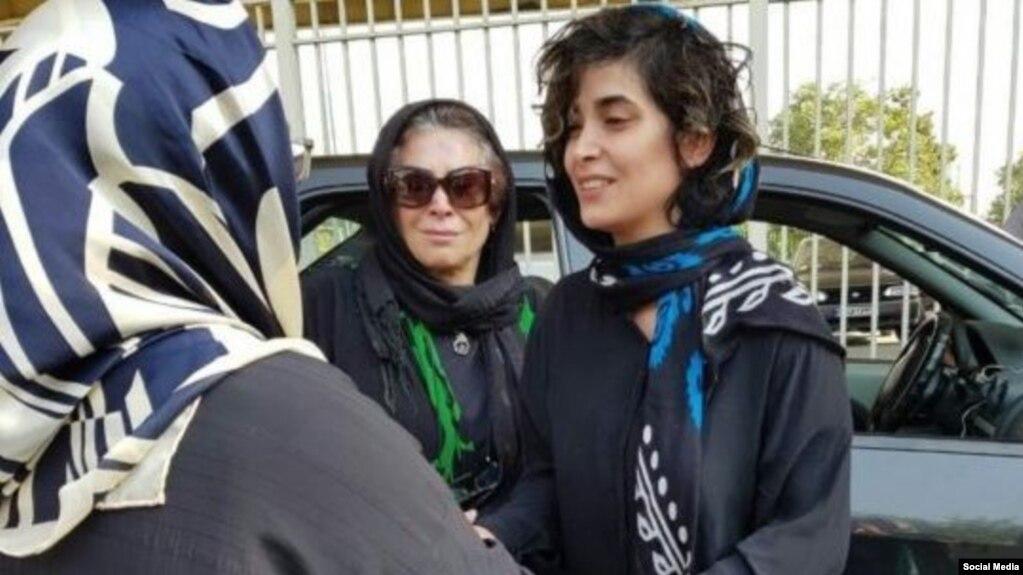 آنیشا اسداللی (سمت راست) برای اجرای حکم سه ماه زندان بازداشت شده است
