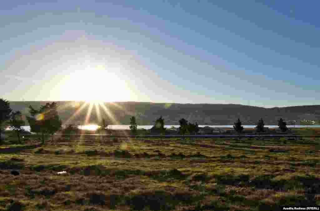 Xocahəsən gölü Yasamal dərəsində yerləşir və öz adını yaxınlığında yerləşən Xocahəsən kəndinin adından götürüb.