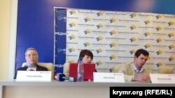 Галина Балабан во время пресс-конференции (слева), Крым, Симферополь, 2015