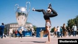 Центр Києва в день фіналу Ліги чемпіонів, травень 2018 року. Ця спортивна подія, поміж інших, дозволила британським туристам відкрити для себе Україну