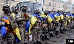 Бійці МВС України із державними прапорами під час церемонії відправки на Донбас у зону збройного протистояння з російськими гібридними силами. Харків, 30 січня 2015 року