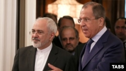 Russia -- Russian Foreign Minister Sergei Lavrov (R) and his Iranian counterpart Mohammad Javad Zarif enter a hall during their meeting in Moscow, August 17, 2015
