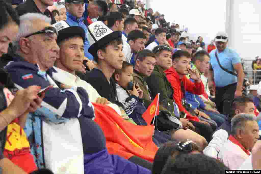 Кыргызстандын улуттук курама командасы Көчмөндөр оюндарынын 5-күнүнүн жыйынтыгы боюнча биринчи орунду сактап турат. Мелдештин расмий сайтындагы маалыматка таянсак, өлкө куржунунда жалпы 84 медаль бар. Анын 36сы алтын, 18и күмүш, 16сы коло. Экинчи орунга Орусия командасы 43 медалы (16 алтын, 9 күмүш, 18 коло) менен чыкты. Үчүнчү орундагы Казакстанда 49 медаль бар, анын 11и алтын, 17и күмүш, 21и коло. Алдыңкы ондукта Түркмөнстан (23 медаль), Венгрия (12 медаль), Иран (12 медаль), Өзбекстан (25 медаль), Украина (9 медаль), Монголия (8 медаль), жана Түркия (6 медаль) командалары турат.